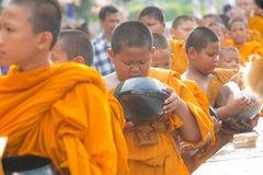 Los monjes esperaban la comida recive Foto de archivo