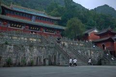 Los monjes estudian kung-fu en templo antiguo del kungfu en la montaña de Wudangshan foto de archivo
