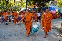 Los monjes jovenes budistas caminan en la yarda del templo Foto de archivo libre de regalías