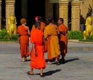 Los monjes jovenes budistas caminan en la yarda del templo Fotos de archivo