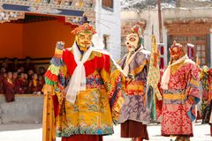 Los monjes no identificados realizan un myste enmascarado y vestido religioso imagen de archivo libre de regalías