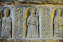Los monjes y los ornamentos tallaron en piedra en una abadía arruinada de Jerpoint, situada cerca de Thomastown, Irlanda Imagenes de archivo