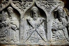 Los monjes y los ornamentos tallaron en piedra en una abadía arruinada de Jerpoint, situada cerca de Thomastown, Irlanda Fotos de archivo libres de regalías