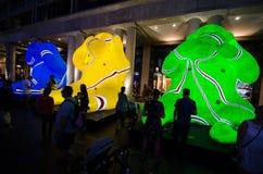 Los monos sabios del ` tres lunares de la linterna que el ` es símbolo del zodiaco del mono serán iluminados de oscuridad en Quay Fotografía de archivo