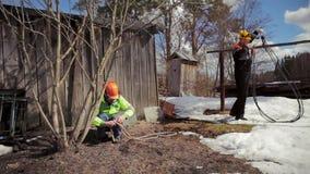 Los montañeses están preparando un sistema para derribar el árbol almacen de metraje de vídeo