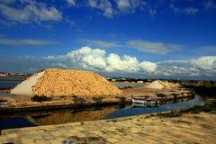 Los montones de la sal cubrieron la terracota, Trapan Fotos de archivo libres de regalías