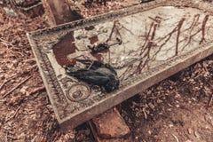 Los monumentos antiguos de las piedras sepulcrales del cementerio de las bebidas espirituosas del fantasma del misterio del misti imagenes de archivo