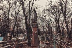 Los monumentos antiguos de las piedras sepulcrales del cementerio de las bebidas espirituosas del fantasma del misterio del misti imagen de archivo