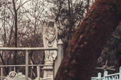 Los monumentos antiguos de las piedras sepulcrales del cementerio de las bebidas espirituosas del fantasma del misterio del misti imágenes de archivo libres de regalías