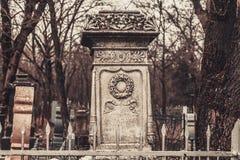 Los monumentos antiguos de las piedras sepulcrales del cementerio de las bebidas espirituosas del fantasma del misterio del misti fotografía de archivo libre de regalías