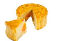 Los Mooncakes tradicionales con uno cortaron hasta la yema de huevo de la demostración Imágenes de archivo libres de regalías