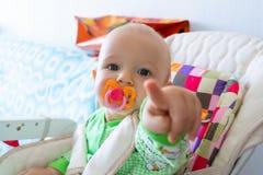 Los mordiscos de un año/chupan del bebé en una entrerrosca de goma porque se están cortando sus dientes Pequeño muchacho alegre e fotografía de archivo libre de regalías