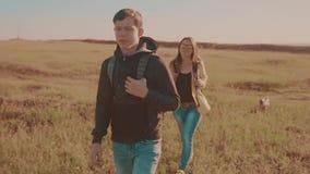 Los mosquitos felices del vídeo de movimiento de la huelga intermitente de la familia que caminan en forma de vida de la muchacha almacen de video