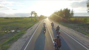 Los motoristas montan en la puesta del sol almacen de video