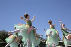 Los movimientos de los bailarines de ballet adolescentes son agraciados Fotos de archivo libres de regalías