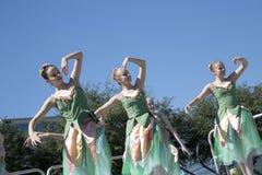 Los movimientos de los bailarines de ballet bonitos son agraciados Imagen de archivo libre de regalías