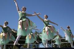 Los movimientos de la bailarina adolescente son agraciados Imagen de archivo libre de regalías