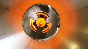 Los movimientos de la cámara por dentro de la hoja de metal ruedan en la planta de las baterías almacen de metraje de vídeo