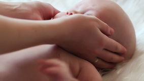 Los movimientos de la mamá y soportan a un bebé recién nacido Imagenes de archivo