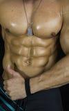 Los músculos grandes y yo del hombre de la demostración modelo atlética fuerte de la aptitud tenemos gusto de él Foto de archivo