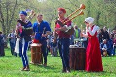 Los músicos en trajes históricos se realizan en un parque Imagen de archivo libre de regalías