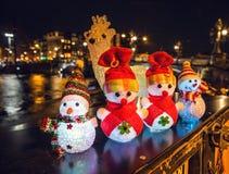 Los muñecos de nieve y los ciervos de los juguetes del ` s del Año Nuevo presentan contra los canales de la noche de Amsterdam Imagen de archivo libre de regalías
