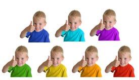 Los muchachos en camisas de deportes iridiscentes muestran la autorización del gesto Fotografía de archivo libre de regalías