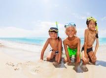 Los muchachos en el mar varan antes de zambullirse en máscaras del equipo de submarinismo Imágenes de archivo libres de regalías