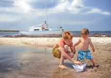 Los muchachos están en la playa. Foto de archivo