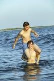 Los muchachos gozan de la playa hermosa en Dauphin Islands Foto de archivo
