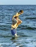 Los muchachos gozan de la playa hermosa en Dauphin Islands Fotos de archivo