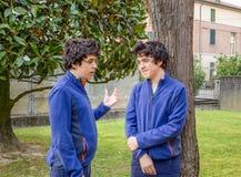 Los muchachos hablan el uno al otro fotografía de archivo libre de regalías