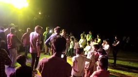 Los muchachos indios bailan con el marriege de los amigos almacen de video