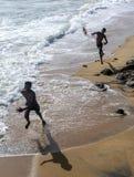 Los muchachos juegan en la playa adyacente a Galle hacen frente a verde en Colombo en Sri Lanka Imágenes de archivo libres de regalías