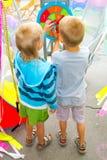 Los muchachos juegan a un juego de dardos Imagen de archivo libre de regalías