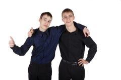 Los muchachos juntan el abarcamiento de risa Imagen de archivo
