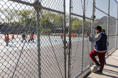 Los muchachos miran el fútbol del juego de niños Fotografía de archivo