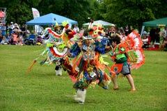 Los muchachos nativos realizan danza tradicional Fotografía de archivo