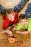 Los muchachos son edificio en el suelo Imagen de archivo