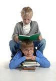 Los muchachos son libro de lectura foto de archivo