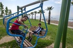 Los muchachos turcos juegan en un oscilación en un parque adyacente al Bosphorus en Izmit en Turquía Fotos de archivo libres de regalías
