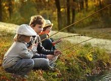 los muchachos van a pescar en el río Imagen de archivo