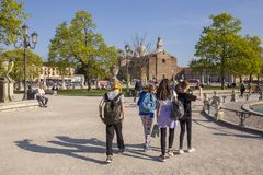 Los muchachos y las muchachas que llevan sus mochilas están moviendo alrededor el cuadrado de Valle del della de Prato en Padua fotos de archivo libres de regalías