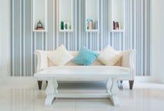 Los muebles clásicos del estilo del vintage fijaron en una sala de estar Foto de archivo libre de regalías