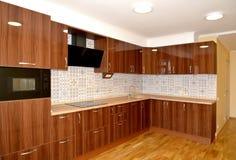 Los muebles incorporados en cocina moderna fotos de archivo