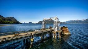 Los muelles de transbordador de la emergencia en las aguas de Howe Sound en la ensenada de Porteau imagen de archivo