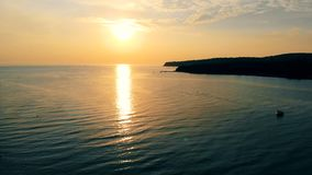 Los muelles de un mar aúllan en los haces del sol poniente metrajes