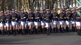 los Mujer-soldados de las fuerzas de la fuerza aérea y de la defensa aérea en el ensayo desfilan en honor de día de la victoria S metrajes
