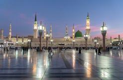 Los musulmanes de la salida del sol recolectaron para la mezquita de Nabawi de la adoración, Medina, Saud Imágenes de archivo libres de regalías