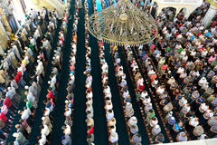Los musulmanes en la mezquita para el rezo eran puros Fotografía de archivo